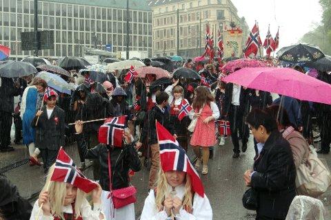 Det er meldt gråvær i Oslo 17. mai, og håpet om oppholdsvær blir nok for mye å be om. Dette bildet er fra en tidligere regntung 17. mai.