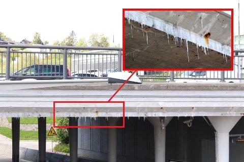 HENGER NED: Kikker man på brua, kan man se tappene som henger ned, over T-banestasjonen. SVEIP FOR FLERE BILDER.