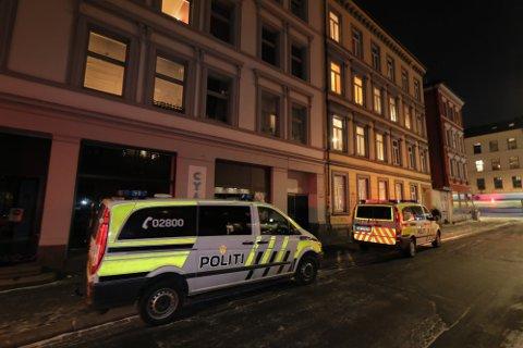 RYKKET UT: Politiet fikk først melding om husbråk i Jens Bjelkes gate på Grünerløkka. De fant deretter den fornærmede mannen på legevakta med en knivskade i magen.