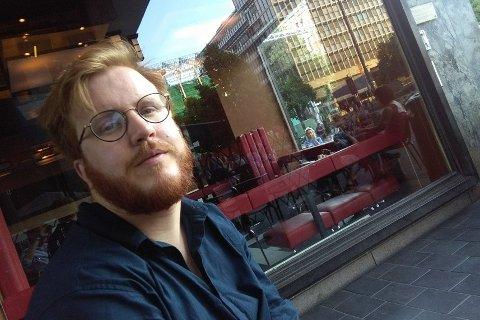 MÅ VENTE: Kjetil Sandlund eier baren Makulator ved Tinghuset. Han må vente på neste trinn i gjenåpningsplanen før han kan åpne kranene igjen.