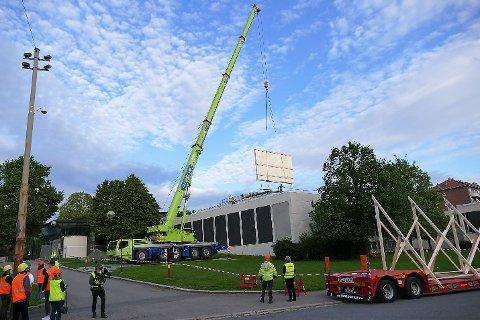 FLYTTER: Her fraktes et stort maleri opp av taket på det gamle Munchmuseet på Tøyen.