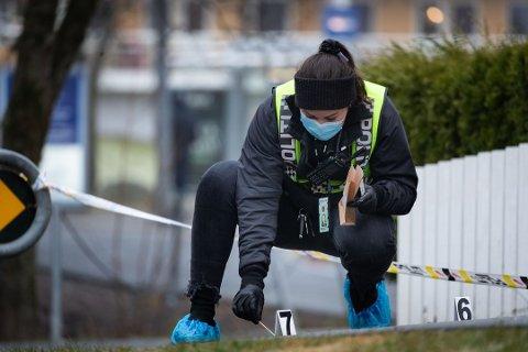 KNIVVOLD: Politiet jobber på stedet etter at en 14-åring ble knivstukket på Lindeberg.