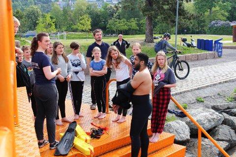 KLARE: Elevene i 6C fikk kyndig opplæring i hvordan de skulle forholde seg i vannet av instruktør Seddik Abouelmagd før de kastet seg ut med klærne på.