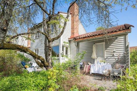 KUNSTNERKOLONI: For 8,7 millioner kroner får du hus, hage og et eget atelier.