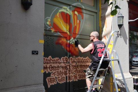 KUNST: Sameiet Vogts gate 54 fant ut at de like gjerne kunne ha graffiti på porten, i håp om at den får stå i fred.