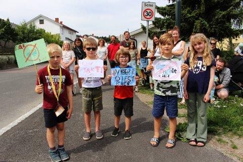 BEKYMRET: Naboene i Vekterveien er bekymret hvor hvordan trafikken vil bli i gata deres når Enebakkveien stenges for biler i nordgående felt. Fra venstre: Sigurd (6), Oscar (8), Synne (6), Theodor (8) og Emilie (8) demonstrerer mot planene.