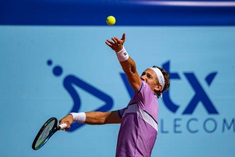 TRIUMFERER: Casper Ruud fra Norge spiller mot Dennis Novak fra Østerrike under ATP turneringen Swiss Open i Gstaad, Sveits.