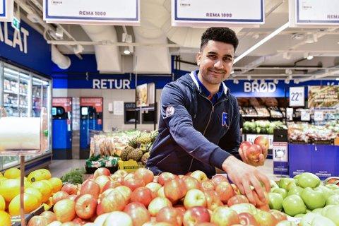 GLAD: Jamali Helaleddin er kåret til årets butikkmedarbeider.