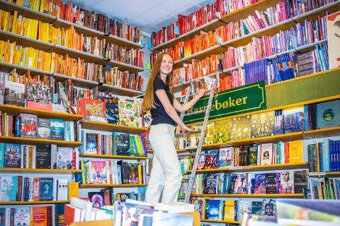 LUKTEN AV PAPIR OG HISTORIE: Maren Kleppen (29) jubler for 105-årsdagen til bokhandelen Per Magnussen Bokhandel på St. Hanshaugen.