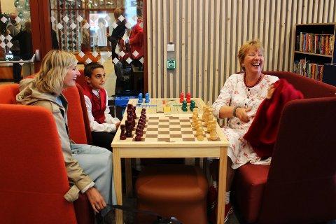 Skolebyråd Inga Marte Thorkildsen og ordfører Marianne Borgen fikk møte Vestli-elev Berk (11) som fortalte om den nye skolen.
