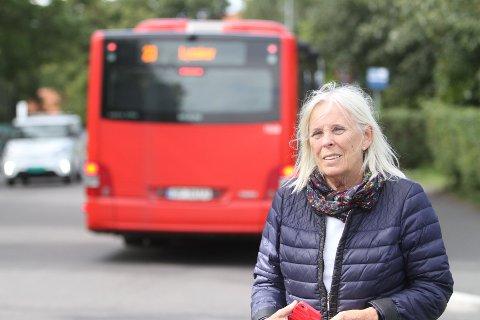 KAOS: Med bussholdeplass p책 begge sider av V책rveien blir det kaos i rushtrafikken mener Margaret Nilsson.