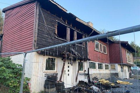 TOTALSKADD: Slik ser huset i Ulsholtveien 29 ut etter brannen tidligere i juli. Ifølge brannvesenet er huset totalskadd.