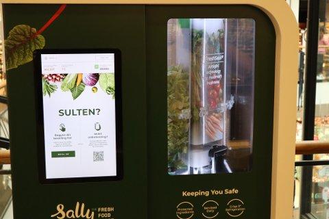 ROBOT-SALAT: Frister det med salat laget av denne roboten? Sally Norge har hatt er prøveprosjekt på Oslo City i sommer. Snart utvider de konseptet.
