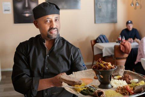 BEKYMRINGSLØST: Yoseph Gebere Core sier mange er nysgjerrige på etiopisk mat. Han håper restauranten Hakuna Matata i Møllergata kan være et sted der folk kan slappe av og spise god mat.