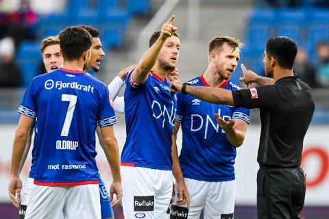 FORBANNA: Vålerenga-spillerne var forbannet etter straffesituasjonen.