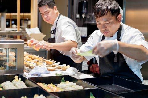 HELT RÅTT: Tri Ky er et av spisestedene på Via village. Her er  Ernesto og Vishal i full gang med å forberede sashimi og maki til førpremieren mandag.
