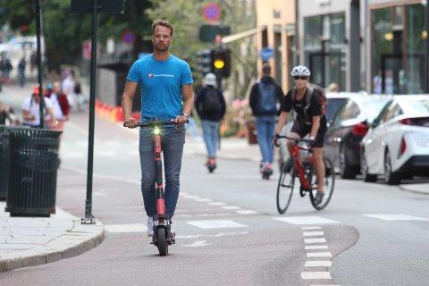 KJØR HER: Nå ønsker Jon Helgheim og Frp i Oslo at det blir et forbud mot å kjøre elsparkesykler på fortauene i hovedstaden. Kjør heller på veier og i gang- og sykkelfelt, ønsker de.