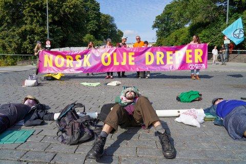 AKSJON: Aktivister fra Extinction Rebellion aksjonerer foran Slottet i Oslo tirsdag 24. august.