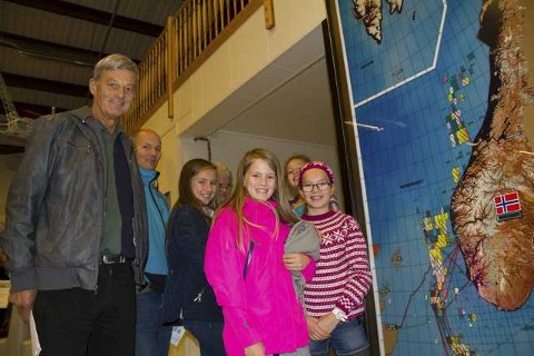 Tidlegare Lindås-ordførar Arnvald Risøy hadde med familien då det var open dag på Statoil Mongstad Museet. Her med Cato Risøy og barnebarna Elise (13), Emma Sofie (11), Melissa (10) og Sara (10). Kona Anne Risøy står skjult bak. Foto: Trond Roger Nydal