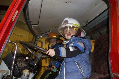 For Adrian og Liam Toft var brannbilen høgdepunktet. Foto: Trond Roger Nydal