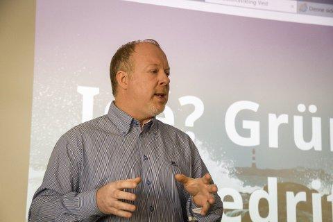KRYSSAR DET HAN KAN: Kenneth Tonning har etablert seg på Radøy med familie. No håpar han at ideen hans kan hjelpa kvardagen til millionar av folk verda over. Han håpar på lansering i løpet av 2016. FOTO: YNGVE GAREN SVARDAL