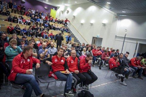 GODT OPPMØTE: EIt par hundre trenarar og spelarar hadde tatt turen til Knarvik ungdomsskule, onsdag kveld.