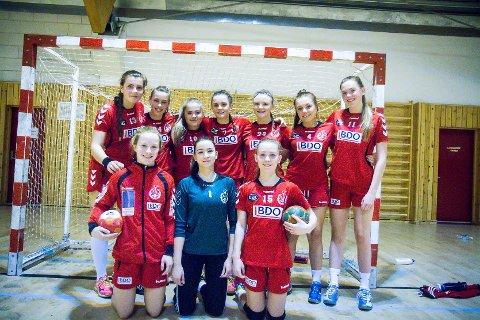 Handball J156. Knarvik - Fana 18-22. Sevilda Korneliussen. Marianne Frønningen. Thea Louise Sæle. Caroline Torpe. Tiril Solen. Mia K Hella. Isabel B Fjelstad. Marion Natås.