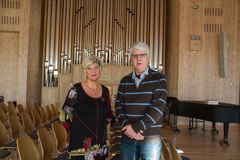 KLAR FOR FESTKONSERT: Sopran Kjersti Wiik og orgelkonsulent og kantor Karstein Askeland er to av dei som skal bidra til vigselskonserten for det nye orgelet (bak) i Knarvik Kyrkje på søndag.