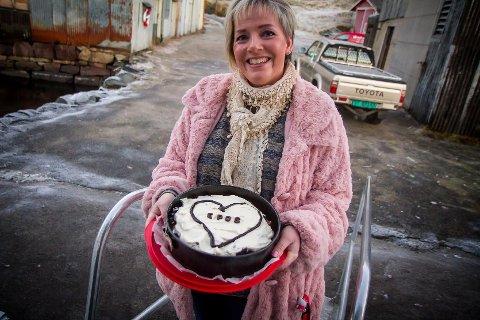 Bokbåten «Epos» får leva vidare. Det feirar folk med kake og flagg. Her er bokbåten på Åsgard. Agathe Gausereide.