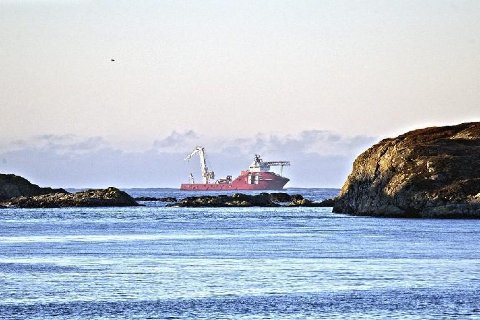 MV Geosund i arbeid med ubåten utanfor Fedje i 2013. Foto: Kystverket