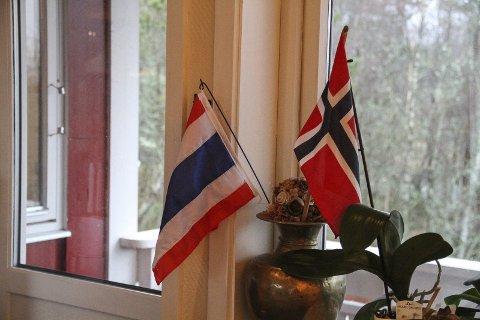 Flagg: I stua har Nussanat pynta med det norske og thailandske flagget.