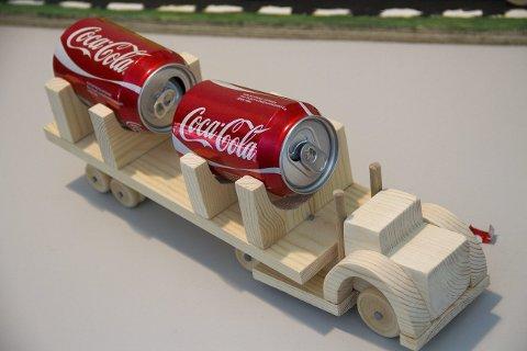 COLABIL: Ein snedig utført lastebil, med svære cola-tankar som last.