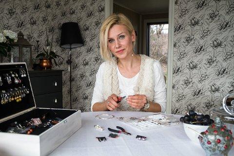 KREATIV: Renata Baklanove frå Litauen lager eigne smykke og øyredobbar