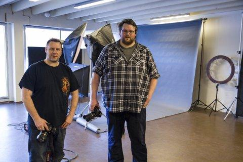 NYTT STUDIO: Tord Andre Oen (t.v.) og Øyvind Aasgard brukar mykje tid i fotoklubben sitt studio. Begge foto: Øyvind Bjerkestrand