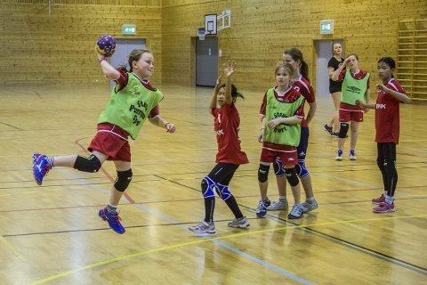 MÅL: Vanja Sørensen Lauvås frå Lindås IL sender ballen i nota med dette skotet. Kampen mot NHIL enda uavgjort 5–5. ALLE FOTO: Morten Sæle