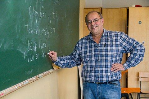 ER LÆRAR: Manuel er spansklærar på Knarvik VGS og Knarvik ungdomsskule. – Det kjempegøy å læra bort eit språk. Eg føler eg har så masse å gje! For meg er det viktig å få god kjemi med kvar enkelt elev.