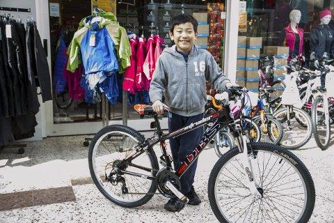 Sykkelglede: Kim Storsæter (8) visar stolt fram sine nye sykkel.Foto: Øyvind Bjerkestrand