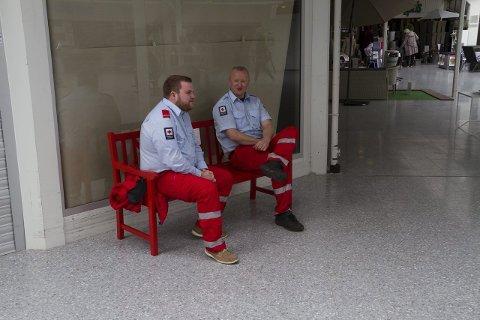 RAUD BENK: Midt i Knarvik senter har Røde Kors plassert ut ein raud omtankebenk.