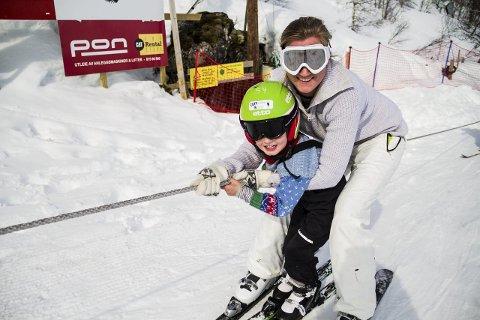 FØRSTE GONG PÅ SLALÅM: Leander Nøttveit (4) prøvde slalåm før første gong i helga. Han synst skiheisen var det kjekkaste med alt. – Den var skikkeleg morosam, seier han. Her er han saman med mamma, Marie Nøttveit. ALLE FOTO: Irene Bratteng Jenssen