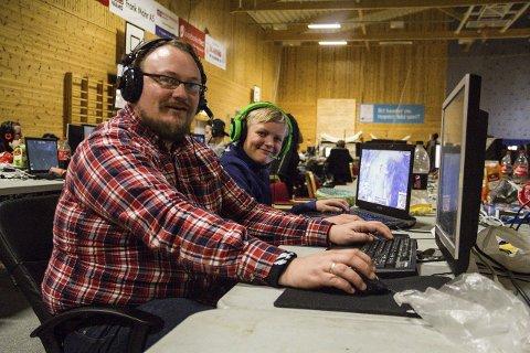 15 TIMAR KVAR DAG: Bjarne Karlsen (12) og pappa Bjarte Vatne på datatreff i Meland aktiv. – Det er kjekt å gjera noko i lag, dette er ein hobby vi begge koplar av med, seier Bjarte,