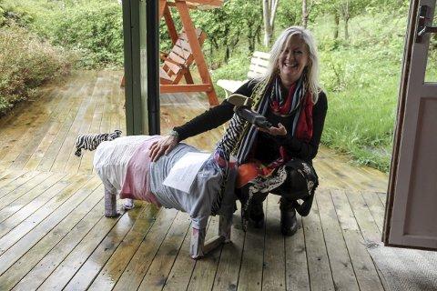 Hund: Born i «Lykkeliten barnehage» har laga denne hunden, som er ein del av utstillinga. «Pelsen» er laga av brukte klede.
