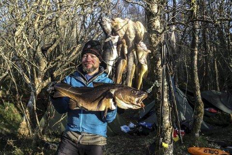 FRÅ DANMARK: Simon Krüger frå Danmark viser fram torsken han fanga med harpun. Foto: Irene Bratteng Jenssen
