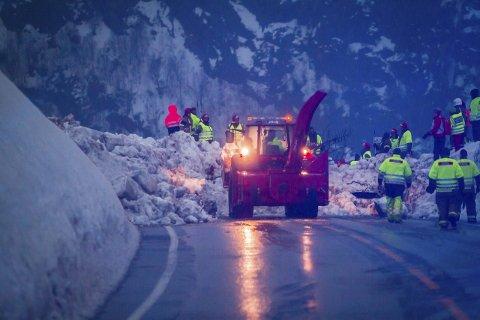 STENGT: Etter dette skredet gjekk på E39 i Romarheimsdalen i vinter, var vegen stengt i ti dagar. No vil regjeringa og samarbeidspartia deira unngå at noko likande skjer igjen. Difor har dei løyvd 40 millionar til skredsikring. ARKIVFOTO: YNGVE GAREN SVARDAL