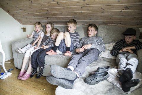 5 TRONGT I SOFAEN: I 2. etg har dei eit TV-rom som brukast flittig. – Det er litt trongt i sofaen, men det går heilt bra.