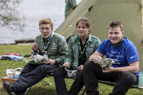 GOD MAT: Henrik Onarheim, Stine Olsen og Sivert Sulebakk kosar seg med mat laga på bål. – Vi treng fleire jenter i speidaren, seier Stine.