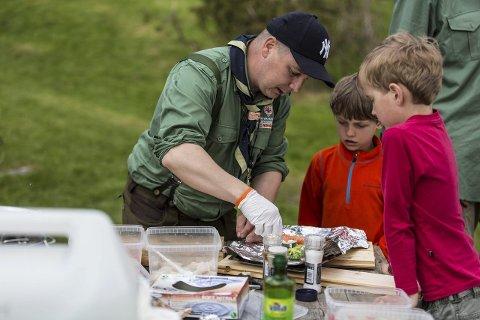 BÅLMAT: På matstasjonen får speidarane setta saman sitt eige måltid som vert tillaga i folie på bålet.