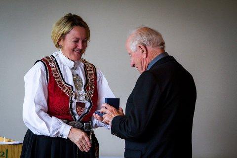Nils Christian Eknes fekk måndag minnemedalje for innsatsen under krigen.