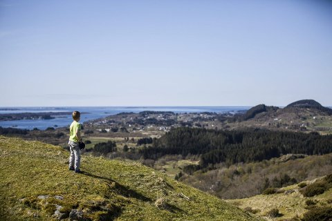 VIDSYN: Alt på vegen opp får ein flott utsikt vestover mot Øygarden. Frå toppen er det ein fantastisk utsikt i alle himmelretningar.