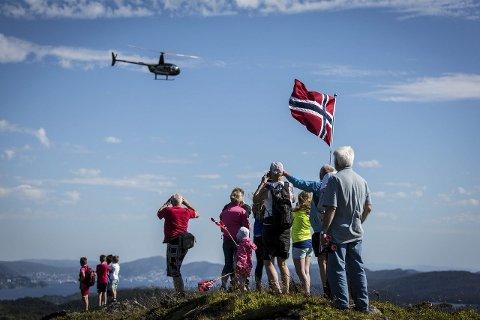 VELKOMST: Helikopteret vart møtt med jubel og vaiande flagg på toppen av Tveitanipa.