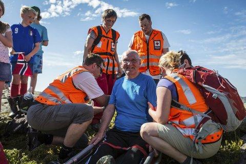 Trygt framme: Røde Kors sørga for trygg transport dei siste meterane frå helikopteret til toppen.
